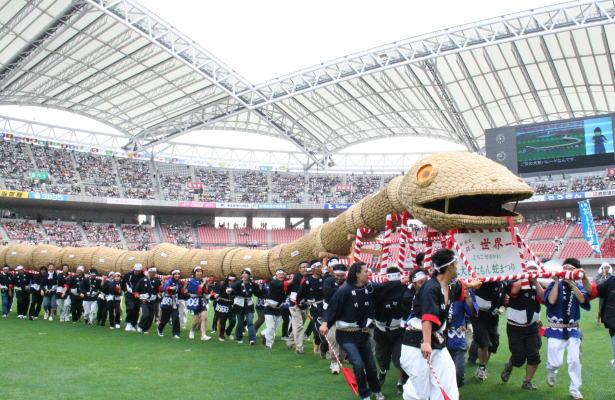 スタジアム内をパレードする大蛇